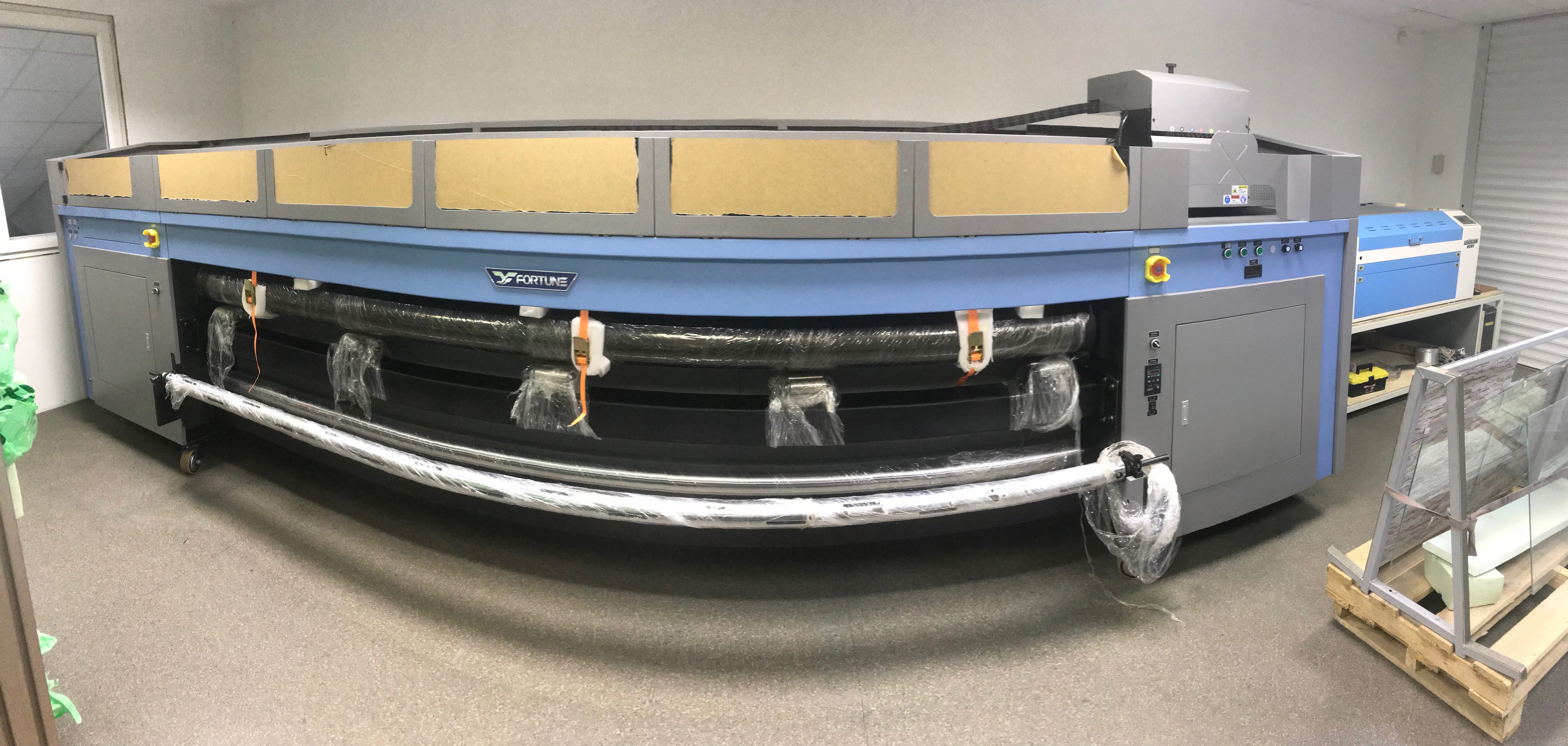 UV Tiskalnik (omogoča tiskanje BELE barve!)